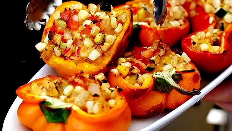 Перец, фаршированный кукурузой и овощами