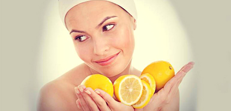 Женщина с лимонами в руках