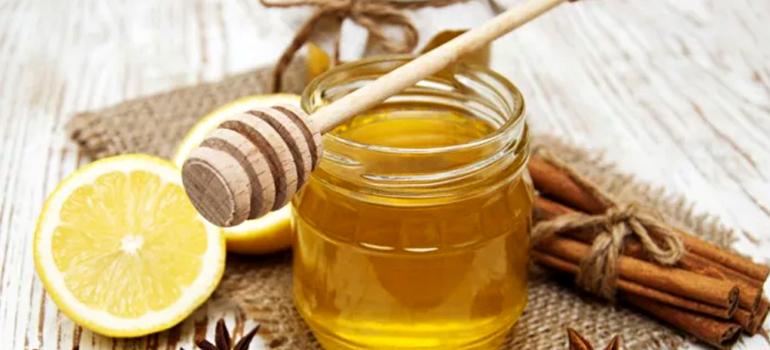 Вода с лимоном, медом и корицей
