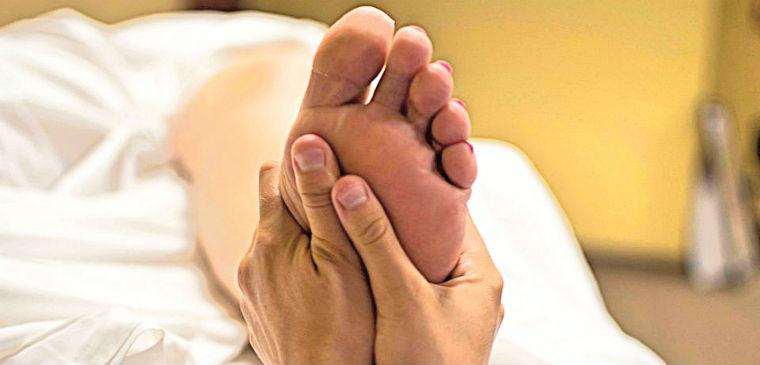 Massazh vnutrenney chasti stopy