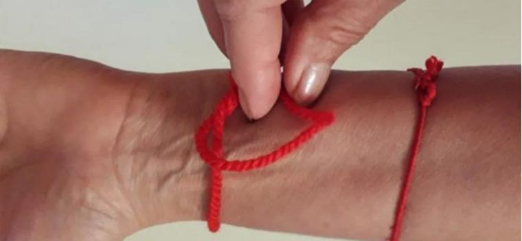 Завязать красную нитку на запястье