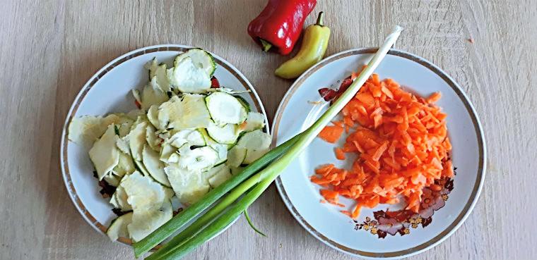 Кабачок, морковь, лук и перец для салата