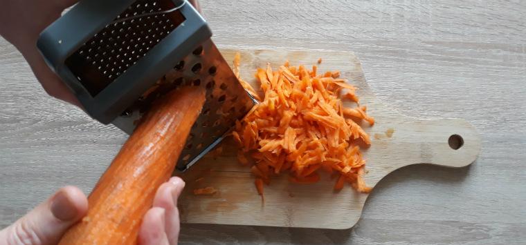 Морковь натираем на терку