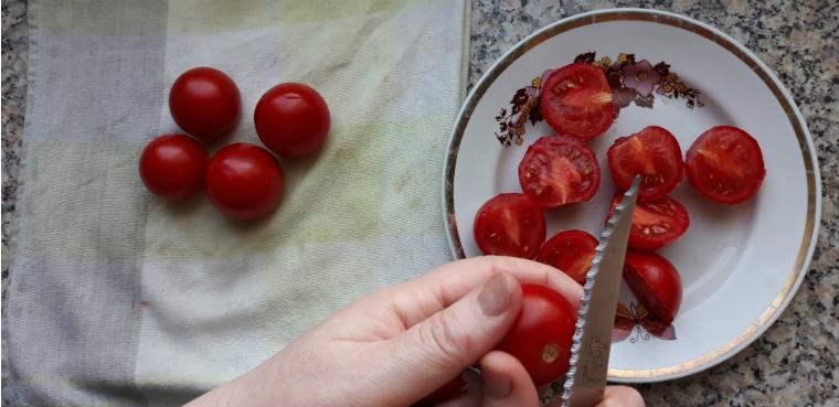 Режем мелкие помидоры