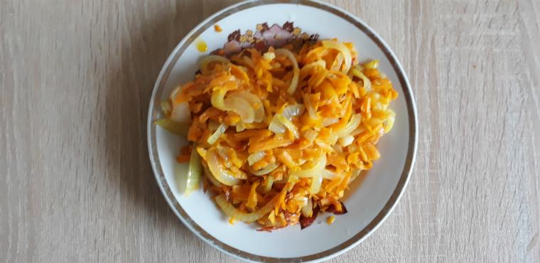 В тарелке лук и морковь
