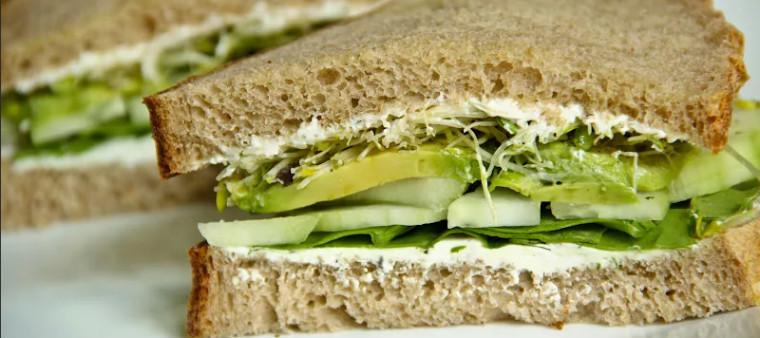 Цельнозерновой хлеб с огурцом и авокадо