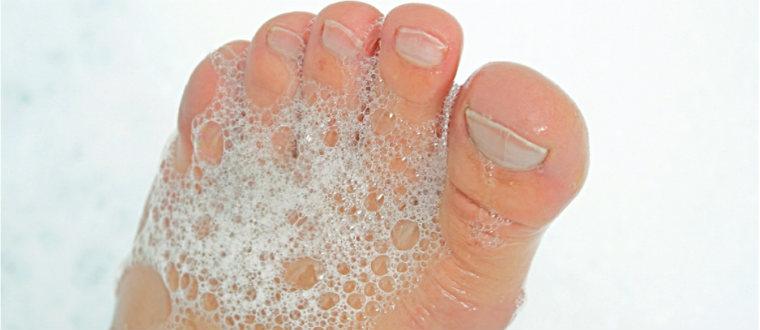 Моем ступни мылом