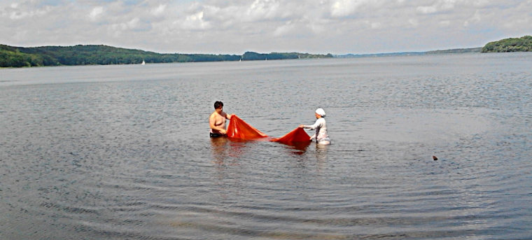Отмывание холста после покраски в озере