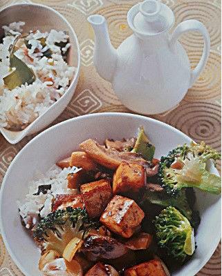 Блюдо с тофу брокколи и рисом