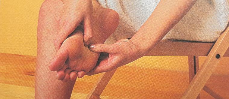 Надавливание пальцами на подошву