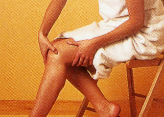 Надавливание пальцами вокруг колен