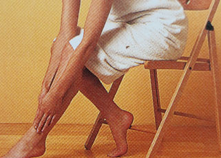 Поглаживание голени ладонями