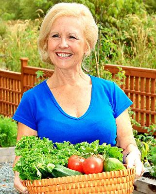 Женщина с овощами в корзине