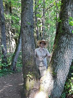 Автор у своеобразного дерева