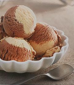 Мороженое с бананом и шоколадом
