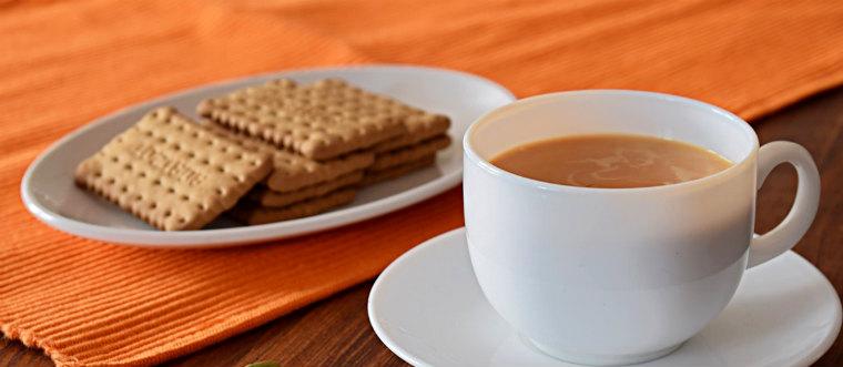 Черный чай с молоком и печеньем
