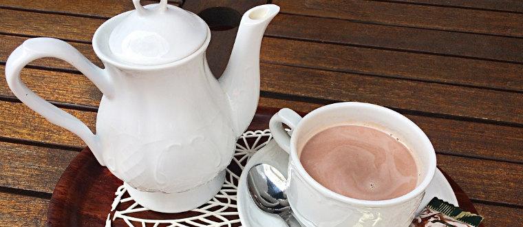 Какао в чашке и кофейнике