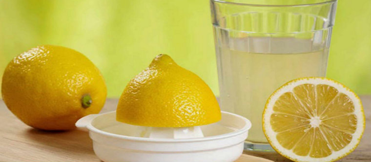 Из половины лимона отжимают сок
