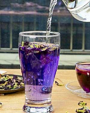 Синий чай заваренный в стакане