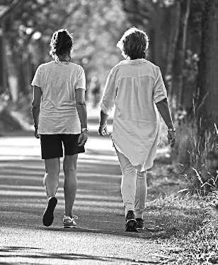 Две женщины занимаются ходьбой