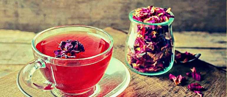 Сухие лепестки роз и чашка рая с ними