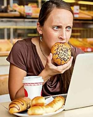 Женщина заедает стресс