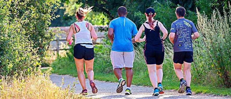 Группа людей борется с лишним весом