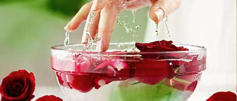 Вода с лепестками роз для ухода за телом