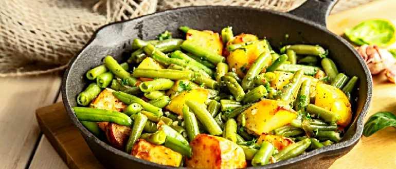 Сковорода с картофелем и зеленой фасолью