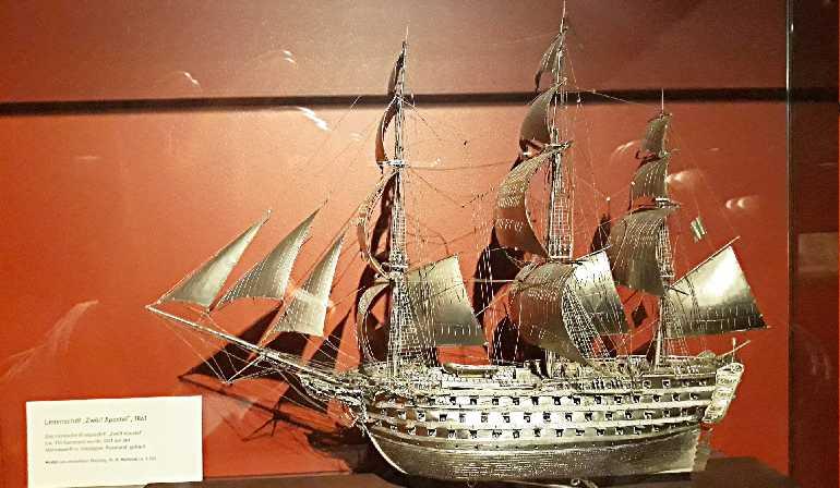 Серебряная модель парусника