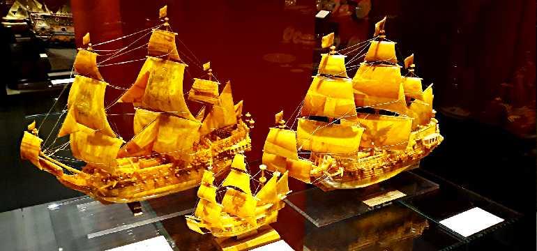 Модели парусников из янтаря