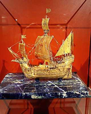 Золотая модель парусника Санта-Мария