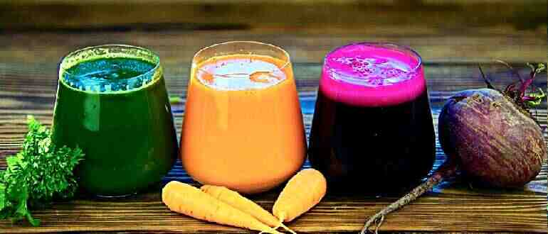 сок свежевыжатый разлит по стаканам