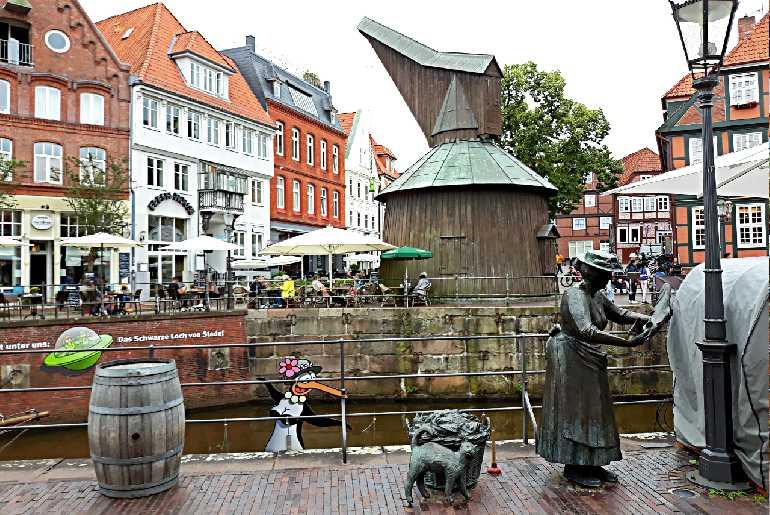 музейный кран и фигура торговки рыбой
