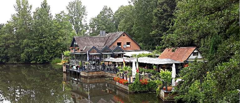 уютный ресторан у музея на берегу реки