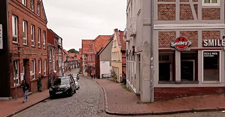 узкая улица города штаде